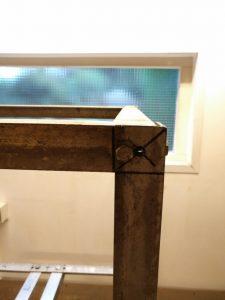 Poot aan tafelblad. Boor de gaten flink uit het midden, naar de zijkant van het profiel. Anders zitten ze elkaar in de weg.......