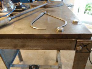 het tafelblad-frame aan de poten geschroefd, met daarop het tafelblad van 15 mm staal. Zie dat het eerste boorgat verkeerd zat: de bout aan de andere kant zat in de weg