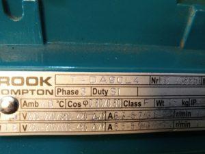 Het plaatje op de elektromotor: 220-240V, 380-420V (kan dus zowel in sterschakeling als in driehoekschakeling voor meer vermogen)